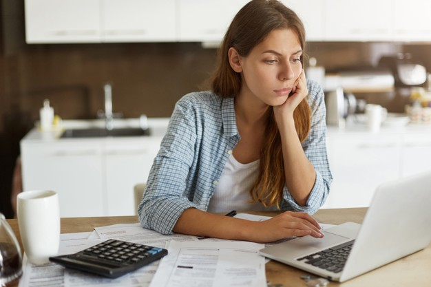 Kvinne som leser om MyRents automatiserte faktureringssystem og alle fordelene det vil ha for hennes virksomhet.